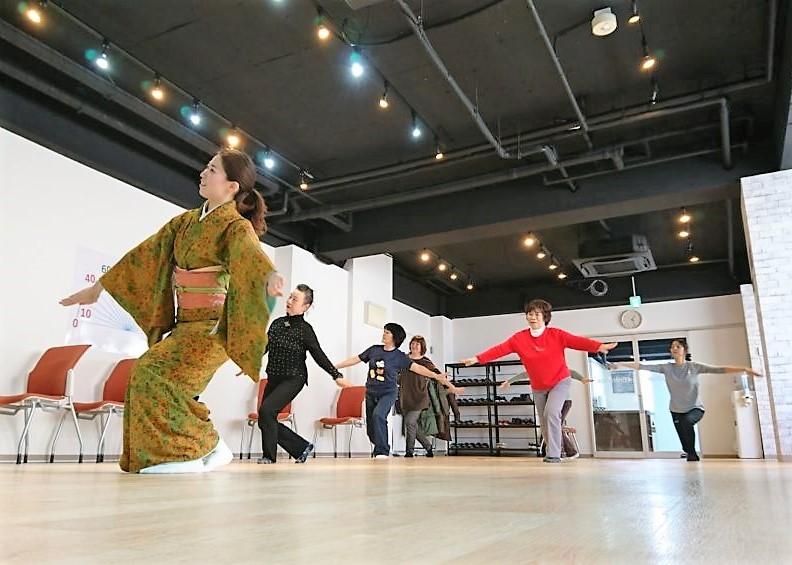 日本舞踊のプログラムがあり体験する事にしました